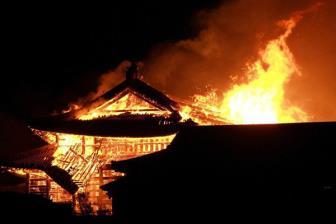 Báu vật quốc gia Nhật Bản chìm trong biển lửa
