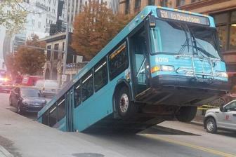 Xe buýt bị nuốt xuống hố sâu giữa trung tâm thành phố