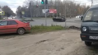 Xe thiết giáp Nga vượt đèn đỏ tông ô tô ngược chiều